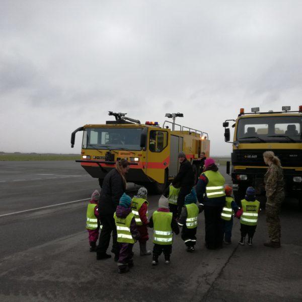 Naturbørnehuset på virksomhedsbesøg ved Flyvevåbnet Aalborg