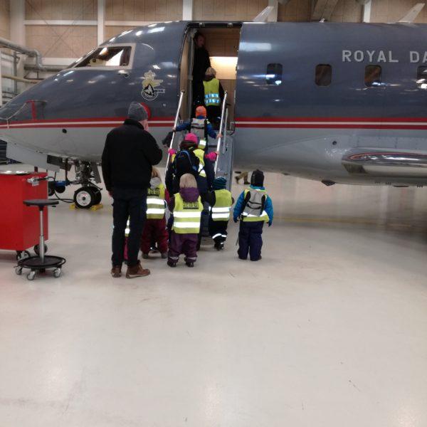 Naturbørnehuset Søstjernen på virksomhedsbesøg ved Flyvevåbnet Aalborg